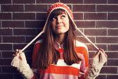 Renkli kıyafetler giymiş genç gülümseyen kız — Stok fotoğraf