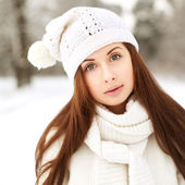 Beautyful girl in the winter forest — Stock Photo