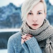 Girl posng in winter park — Stock Photo