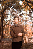 在一个秋天的公园中的女人 — 图库照片