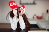 Mujer con piruleta de corazón roto — Foto de Stock