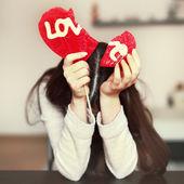 Donna con lecca lecca cuore spezzato — Foto Stock
