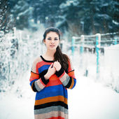 Beautiful brunette in winter park. — Stock Photo