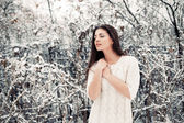 Pretty young woman in winter park — Stock Photo