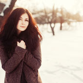 Pretty brunette posing in winter park. — Stock Photo