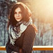 Chica guapa en invierno en la calle. — Foto de Stock