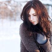 Ung brunett i vinterparken. — Stockfoto