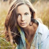 Kadın yaz çayır — Stok fotoğraf