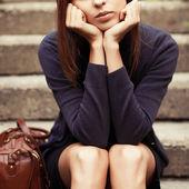 Meisje, zittend op de trap alleen — Stockfoto