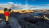 Taking Picture of Lake Powell from Alstrom Point, Glen Canyon National Recreation Area, USA — Stock Photo