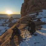 観光客は、アーチーズ国立公園、ユタ州で写真を撮っています — ストック写真