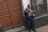 Man reading paper in Quito, Ecuador — Stock Photo