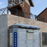 Modern toilet ant old wooden house in Irkutsk, Russia — Stock Photo
