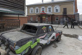 Pimped car on the street with old wooden houses, Irkutsk, Russia — Stock Photo