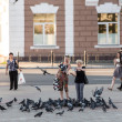 Townsfolk feeding pigeons on a street of Vladimir city, Russia — Stock Photo