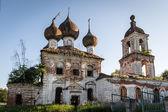 Ruinosa iglesia ortodoxa en la región de nizhny novgorod, rusia — Foto de Stock