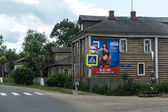 Wooden house on a street of russian town — Stock Photo