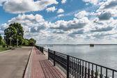 Wolga rivier dijk in jaroslavl, rusland — Stockfoto