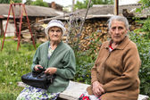 Two senior russian ladies talking on a bench — Stock Photo