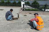 Constructeurs op embankment in jaroslavl, rusland — Stockfoto