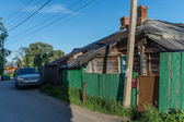 Suv truck by an old wooden russian house — Stock Photo