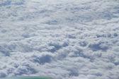 пушистые белые облака из окна самолёта — Стоковое фото