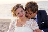 Wesoły małżeństwo stojąc na plaży — Zdjęcie stockowe