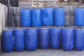 Grandes barriles plásticos viejos — Foto de Stock