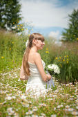 Beautiful bride in daisies — Stock Photo