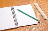 белый блокнот с большим количеством места для вашего текста или изображения и карандашом на деревянный стол — Стоковое фото