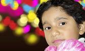 лицо ребенка счастливая девушка с красочными боке абстрактный фон — Стоковое фото