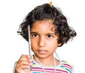 Malé indické asijská dívka drží tužka — Stockfoto