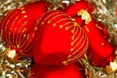 Rött hjärta julgranskulor — Stockfoto