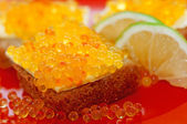 Red caviar on bread — Stock Photo