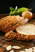 白パンのパンをカットします。 — ストック写真