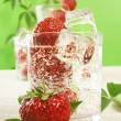Fresh water and strawberries — 图库照片