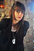 Modelo vestindo uma jaqueta preta e uma jóia do crânio — Foto Stock