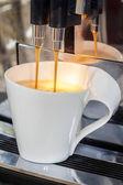Despejando uma xícara de café — Foto Stock