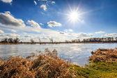 Journée ensoleillée sur le fleuve — Photo