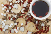 Top view chinese herbs blends and herb tea on wood — Stock Photo