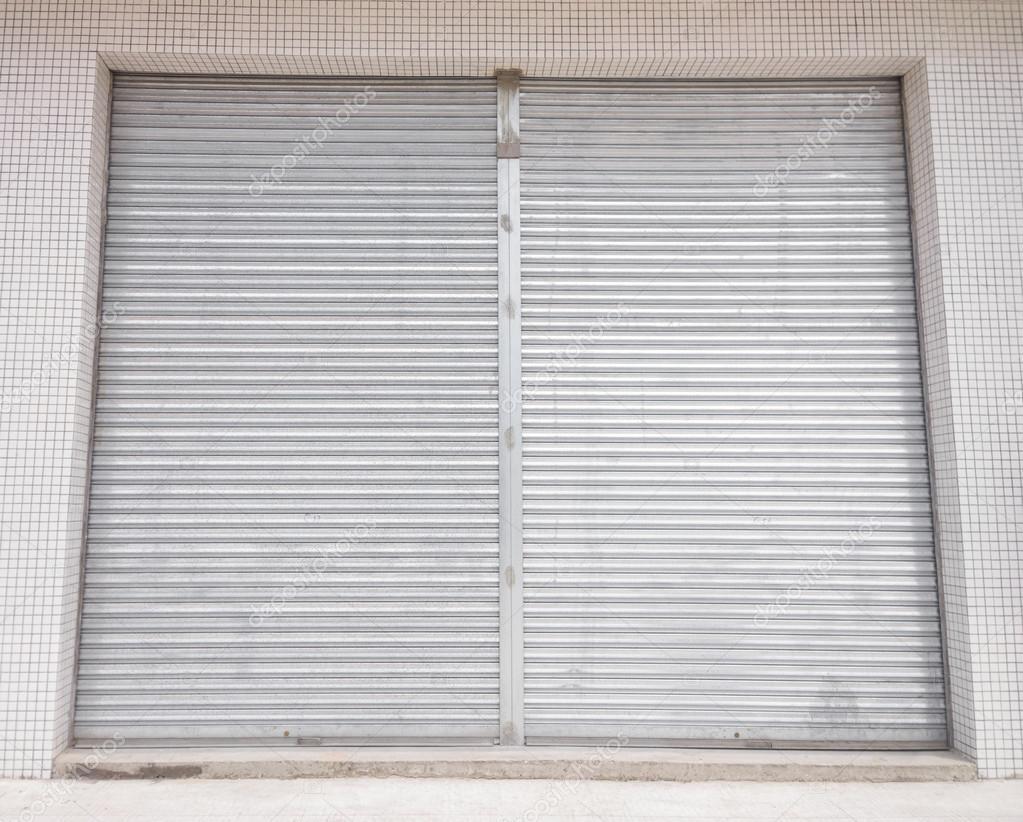 Puertas de persiana de metal blanco en frente de la tienda - Puertas de persiana ...