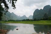 Yangshuo paisagem sob céu nublado — Fotografia Stock