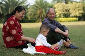 Mormor och morfar watch baby spelar — Stockfoto