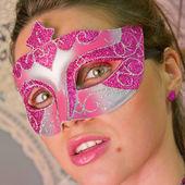 Maskovaná žena při pohledu na fotoaparát — Stock fotografie