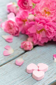 Gentle pink rose and heart on wooden table — Foto Stock