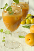 Apricot juice nectar and fresh apricots — Stock Photo