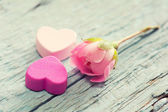 Gentle pink rose and heart on wooden table — Stock Photo