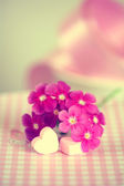 穏やかなピンクの花とテーブルの上の心 — ストック写真