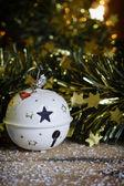 Witte kerstmis bal. — Stockfoto