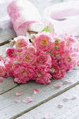 Gentle pink roses on wooden table. — Stockfoto